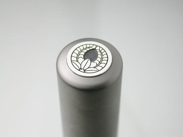 家紋入りチタン印鑑(個人実印・16.5mm)シルバーエンブレム・松コース
