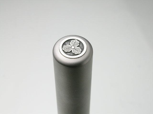 家紋入りチタン印鑑(個人実印・銀行印・13.5mm)シルバーエンブレム・松コース