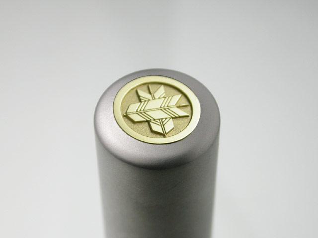 家紋入りチタン印鑑(個人実印・16.5mm)ゴールドエンブレム・松コース