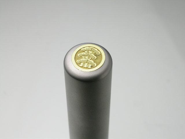 家紋入りチタン印鑑(個人実印・銀行印・13.5mm)ゴールドエンブレム・松コース