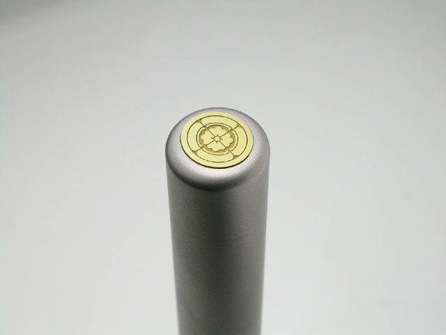 家紋入りチタン印鑑(個人認印・銀行印・12mm)ゴールドエンブレム・松コース