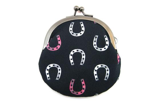 蹄鉄モノグラム がまぐち 新作 サイズで登場です ※アウトレット品 馬の和アイテム 人気ショップが最安値挑戦 小銭入れ黒×ピンク