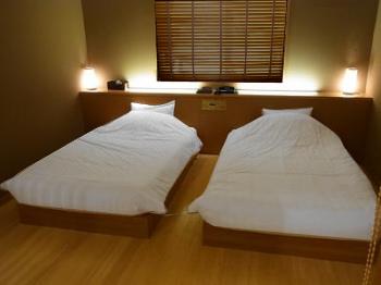 ホテル仕様の羽毛ベッドカバー(デュベスタイル) 900シングルサイズ 普段はホテルの客室にお納めしている寝具(お布団兼ベッドカバー)を、ご家庭向けに1枚からお届けします!これで自宅の寝室インテリアが本物のホテル客室に変身!
