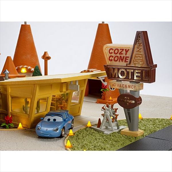 ◎ディズニーカーズ /最新! サリーの「コージーコーン・ホテル」ジオラマセット♪ カーズ おもちゃ
