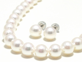 アコヤ真珠2点セット(ネックレス:7.5~7.0ミリ/イヤリング又はピアス:8.0~7.5ミリ)スペシャルパッケージ※パールキーパー・真珠てりクロス付き