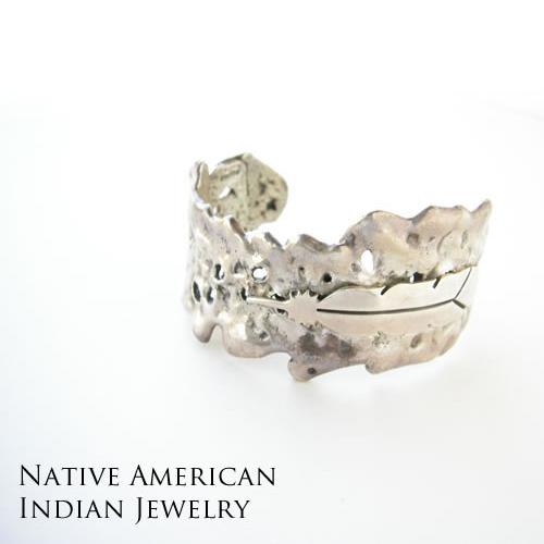 インディアンジュエリー ブレスレット バングル ナバホ族 シルバー925 メンズ レディース お守り 魔除け ネイティブアメリカン ネイティブアクセサリー アメリカインディアン スタンプワーク 人気 フェザーモチーフ ネイティブアメリカン アメリカインディアン