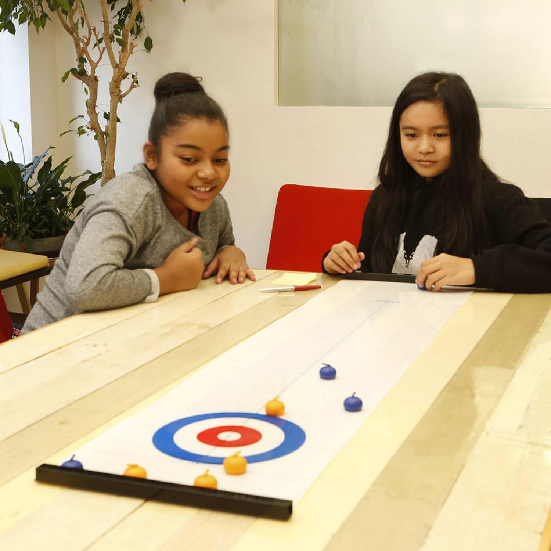 ホームパーティー 室内ゲーム 卓上 ミニゲーム 定番 スポーツ hd3547 Kikkerland 贈答 キッカーランド Game Table Curling テーブルトップカーリングゲーム Top