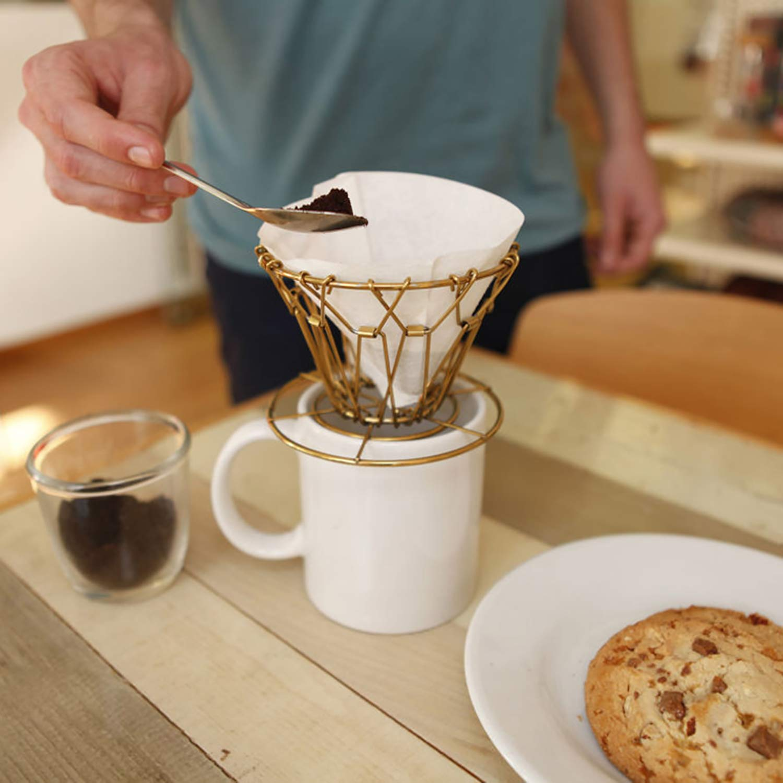 コーヒー 毎日続々入荷 ドリッパー 折りたたみ アウトドア キャンプ ワイヤー製 hd3553 Kikkerland キッカーランド Collapsible Dripper Brass 絶品 Coffee ブラスコラプシブルコーヒードリッパー
