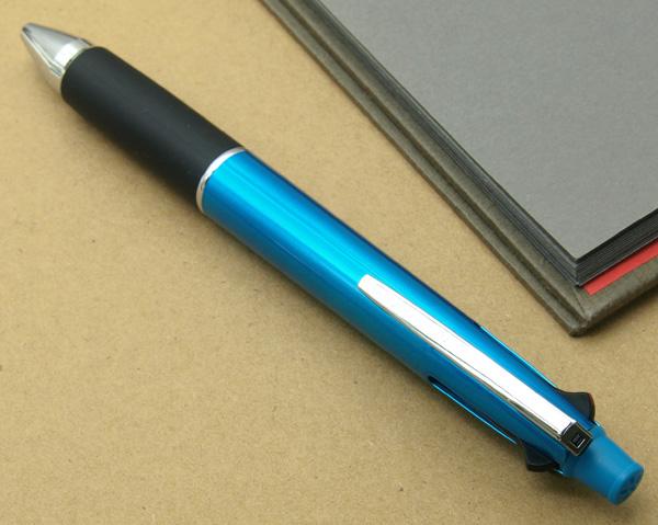 喷射流三菱多功能笔4&1多笔形手电筒蓝色光滑的写,的感觉四色的圆珠笔和活动铅笔功能整齐一致的多功能佩恩