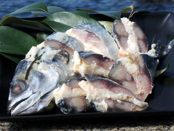 麹と鯖が低温でゆっくりじっくり発酵して 自然な旨みと甘み コクのある味わいを生み出します くさ味のないおいで康の 爆売りセール開催中 鯖のなれずし をぜひ御賞味ください クール冷蔵便 麹と鯖が生み出す自然な旨みと甘味 おいで康 超激安
