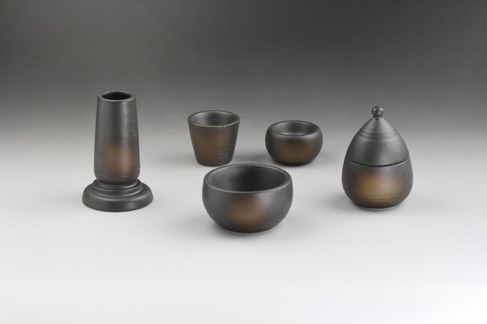 送料無料 陶製モダン 年間定番 仏具 5具足 火消し用蓋付 5点セット 陶製 備前吹き 絶品
