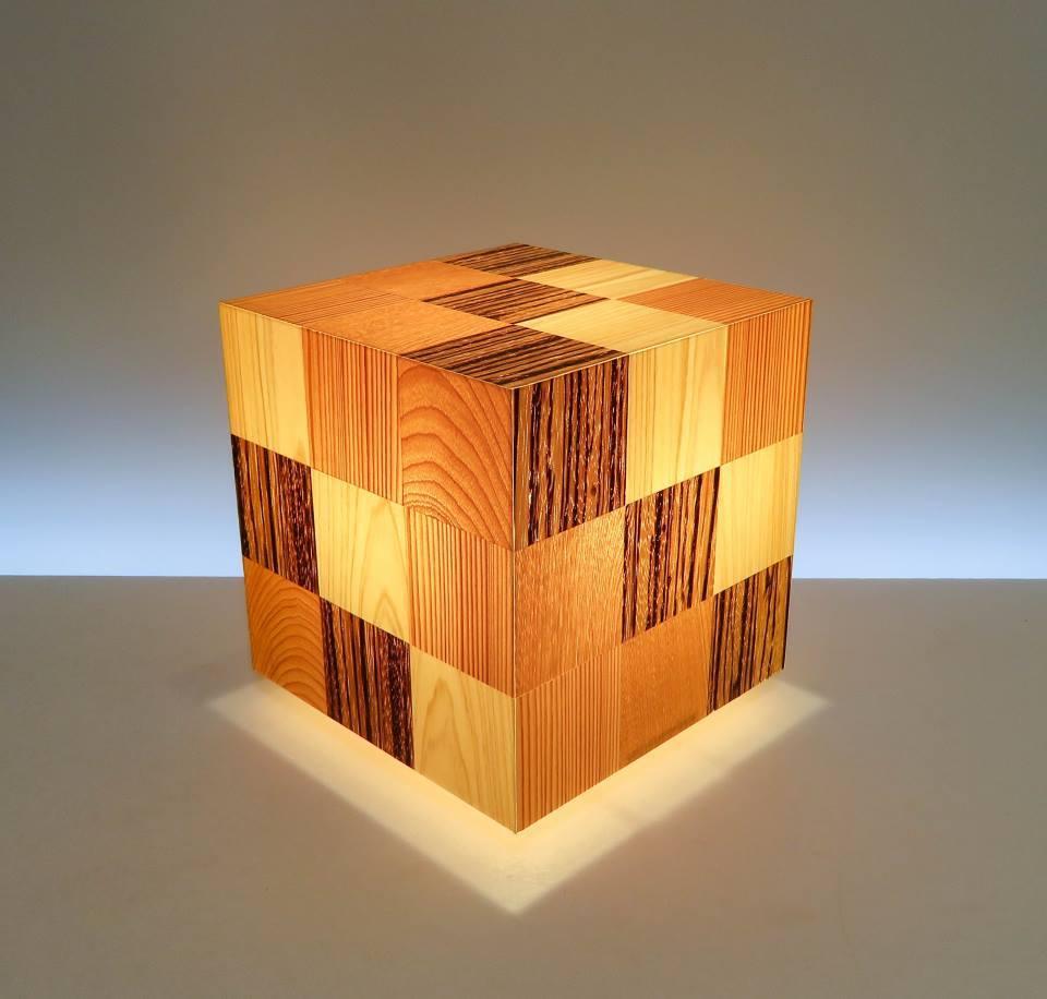 AKA-023-3 アクリキューブ行灯 Sサイズ 16cmキューブ銘木ツキ板 寄木市松模様 LED電球ホテル・和風旅館・飲食店・リラクゼーション施設などにお薦め!繊細な技術と耐久性を組み合わせた作品です。