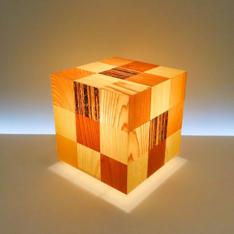 AKA-027-3 アクリキューブ行灯 Sサイズ 16cmキューブ銘木ツキ板 寄木市松模様(6種類) LED電球ホテル・和風旅館・飲食店・リラクゼーション施設などにお薦め!繊細な技術と耐久性を組み合わせた作品です。