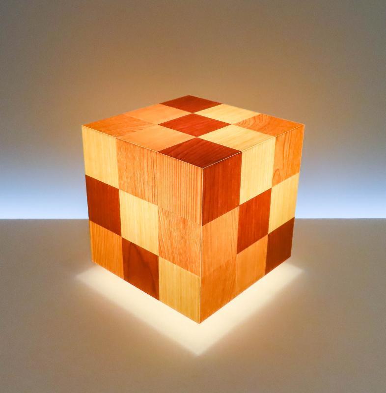 AKA-028-1 アクリキューブ行灯 Mサイズ 20cmキューブ銘木ツキ板 寄木市松模様(4種類) LED電球ホテル・和風旅館・飲食店・リラクゼーション施設などにお薦め!繊細な技術と耐久性を組み合わせた作品です。