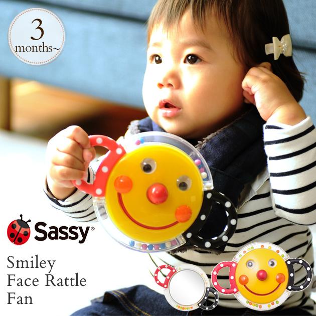 Sassy サッシー の定番アイテム フェイスラトル にっこりかわいいお顔と赤ちゃんが握りやすいハンドル付き 購買 裏側のミラーでいないないばぁもできます スマイリー フェイス ラトル あす楽対応 おもちゃ ガラガラ 鏡 出産祝い TYSA80398 贈答品 ファン ミラー お出かけ