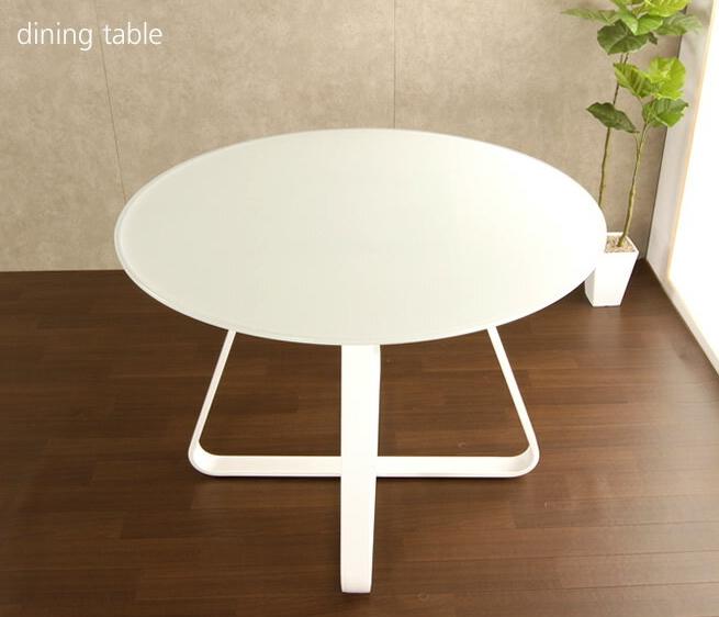 円形ダイニングテーブル 足元が見えにくいミストガラス クロスした脚部は椅子を4脚置いたときも収まりが良いデザイン 明るいホワイトカラー天板 使い勝手良く場所を取らない手頃なサイズ 4人掛けでもくつろげるテーブル