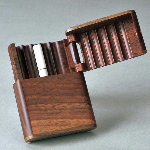 旭川クラフト 木製タバコケース・ショート 幅約6.8×奥行約2×高さ約9.4cm ショートタイプのタバコが10本入るタバコケース。フタがしっかり閉じようになっているので、バッグの中で散らばることはありません。 日本製・手作り・北海道・旭川クラフト・ササキ工芸