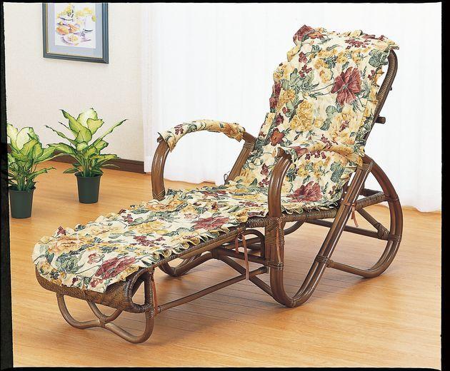 座椅子 使い込むほど艶が増すダークブラウンカラーです。ファブリックカバー付で冬場も快適にご使用になれます。 籐三ツ折寝座椅子 ファブリックカバー付 イス・チェア 籐製 送料無料 敬老の日 母の日 父の日 ギフト プレゼント 座椅子 座いす 座イス チェア チェアー