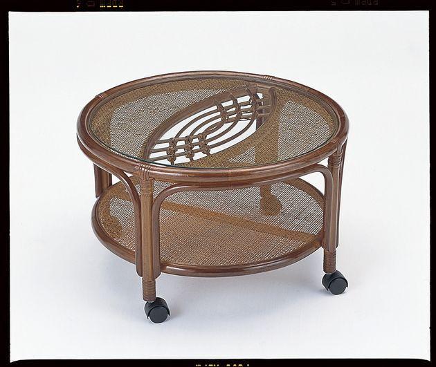 \ポイント10倍★4/1 23:59まで/ 和室でも洋室でも置き場所を選ばない籐製カジュアルテーブルです。キャスター付て移動も楽です。天板下は小物や雑誌が置ける棚になっています。 籐テーブル丸型 ラタン 送料無料