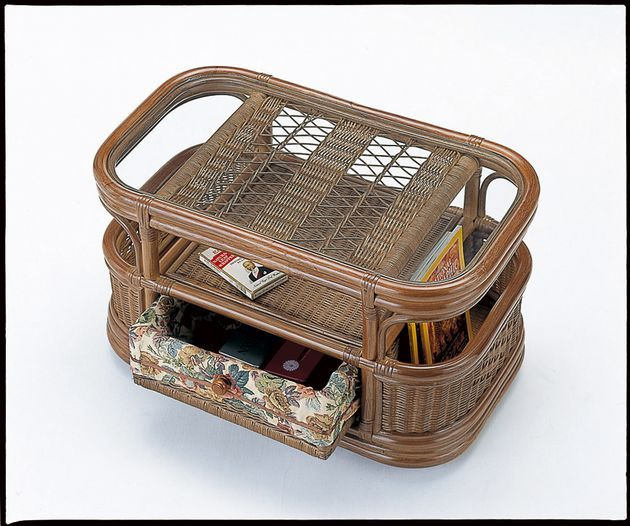 中央部両面式引き出しと両サイドマガジンラックで小物整理もおまかせ。 テーブル 小 籐製 ラタン 送料無料