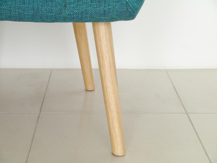 リタ 1Pソファ(LITA SOFA)| LT 背中をカバーする大きな背面に細身の木脚が特長の一人掛けソファです。明るい座面ファブリックとナチュラルな脚がポイントです。ダイニングチェアとしても。