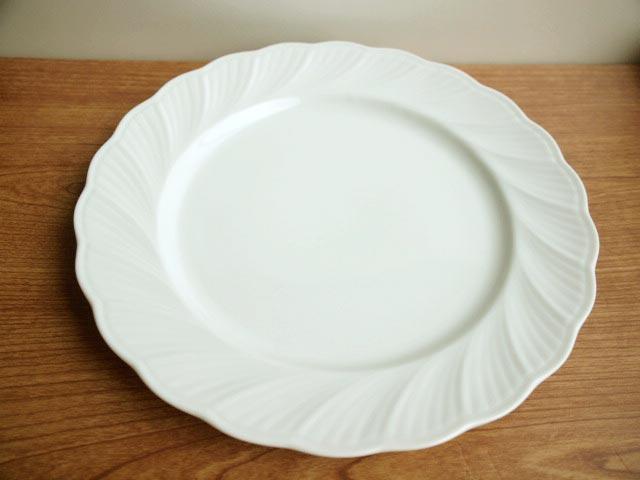 人気 70%OFFアウトレット フリルのような縁と上品なレリーフが印象的 真っ白な食器です アウトレット ダイアナホワイト ディナー皿