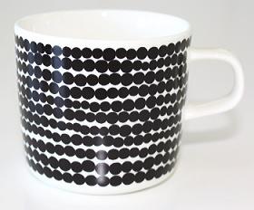 正規販売店 北欧 食器 コップ 陶器 MUG 別倉庫からの配送 容量200ml marimekko マリメッコ SIIRTOLAPUUTARHA 黒 コーヒーカップ 訳あり品送料無料 ハンドルあり