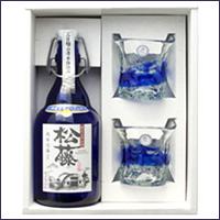 古酒のまろやかな味わいと芳醇な香り 沖縄の青をイメージした美しいボトル 送料込 プレミアムなプレゼントに スーパーセール 泡盛古酒 松藤限定3年古酒43度 500mlと琉球ガラスのギフトセット 崎山酒造