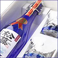 古酒のまろやかな味わいと芳醇な香り 新作 人気 沖縄の青をイメージした美しいボトル プレミアムなプレゼントに 泡盛古酒 松藤限定5年古酒44度 商舗 720mlと琉球ガラスのギフトセット 崎山酒造