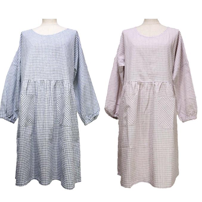 近年人気のかっぽう着。 丈は95cmと長めの今らしいデザイン。袖まであって、袖口はさらにゴムが入っているので、お洋服が汚れることがありません。 【 割烹着 人気 】ギンガムチェックロング 割烹着かっぽう着 ( ス モック ・ かっぽう着 )エプロン カフェエプロン かわいい ワークエプロン  保育士 ママ カフェ 母の日 ドローストリング