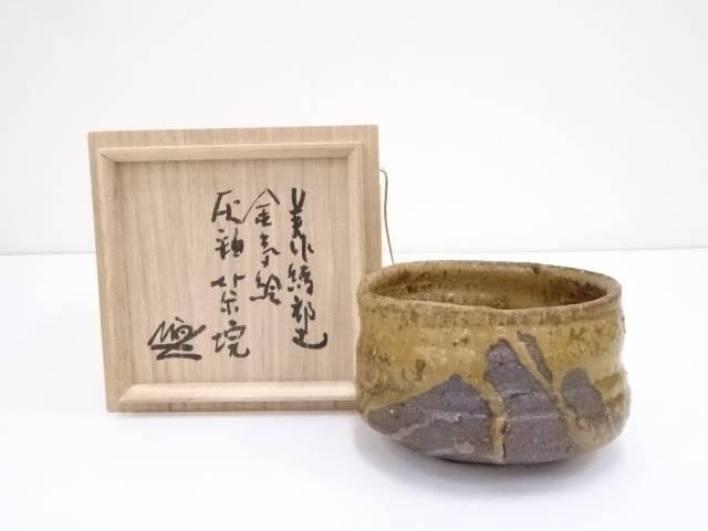 【IDnet】 天狗寺陶白人造 美作綾部土金気絵灰釉茶碗(共箱)【中古】【道】