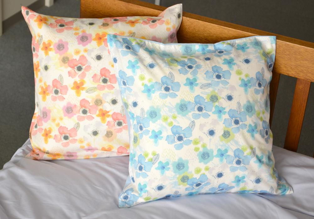 水彩タッチの花々を散りばめたオシャレなクッションカバー裏地も同色付きでぱっとお部屋が華やぎます クッションカバー 45×45cm 大幅値下げランキング 花柄 完売 かわいい ボタニカル 綿 水彩風 日本製 オックス ボーテ