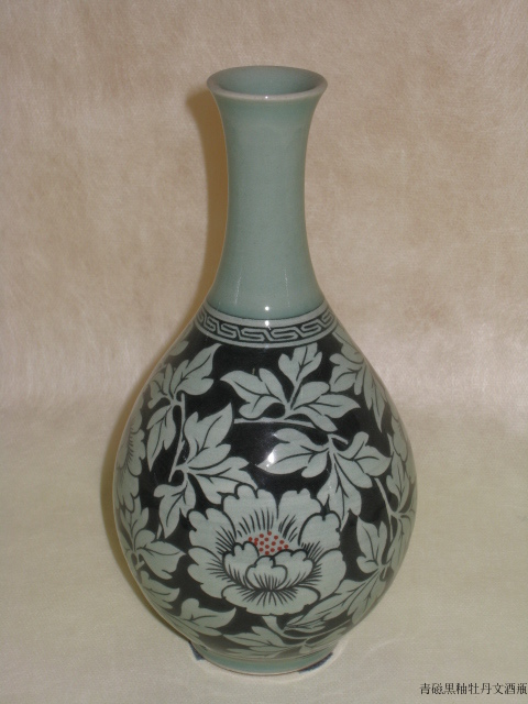 青磁黒釉牡丹文酒瓶