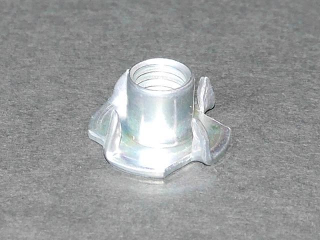 高品質 日本国内トップメーカーのオチアイ社製!1個 税抜き25円です。プライベートウォールの製作に最適です。M10のボルトで取り付けるホールドに最適な爪付きナット! 高品質 オチアイ社製 ボルトオンホールド取り付けに最適な爪付きナット(爪付きTナット) M10(並目 1.5ピッチ) 1個 材質 鉄 三価ホワイト(3価クロメート) クライミング用クライミングウォール(ボルダリング用ボルダリングウォール) プライベートウォール壁ボード製作用