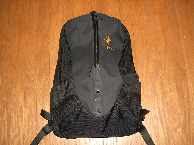 ARC ' TERYX backpack ARRO16 (arrow 16) is BLACK (black) MADE IN CANADA (made in Canada)
