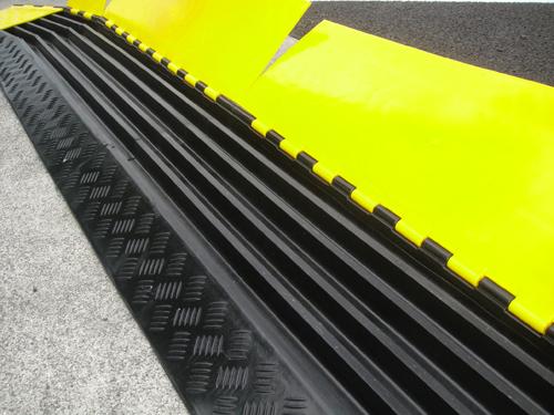 【エントリーでポイント7倍♪】【代引き不可】ケーブルガード(ケーブルプロテクター) 5列タイプ 本体|ケーブル ガード プロテクター ケーブルプロテクター 建築 土木 現場 工事