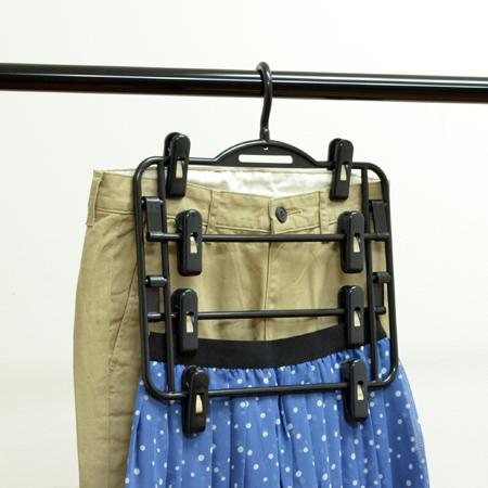 両面で4枚のスカートが掛けられるスカートハンガー 激安超特価 スカート掛け 4段 ズボンハンガー 洋服ハンガー プラスチック製 スカートハンガー 4枚掛け 39ショップ 現品 衣服ハンガー デイズ ブラック 衣類 スラックスハンガー 収納