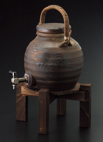 手付サーバー (コルク栓付/木の台付)マイナスイオン 陶器 信楽焼 焼酎サーバー 還暦祝い ギフト お祝い彩り屋