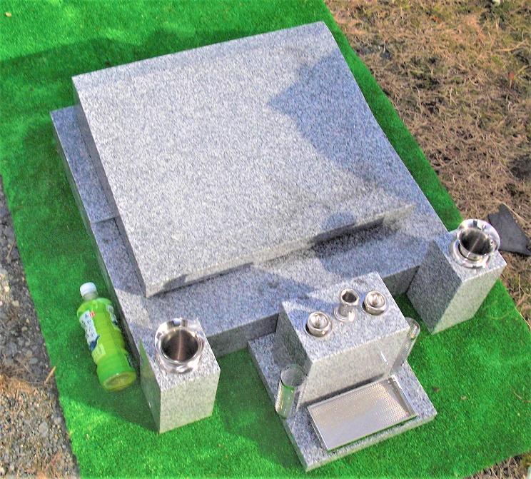 墓石 石碑 青御影石【洋型】平型 一式 総幅75cm.総奥行き86cm.総高さ22cm (文字彫入・運送・据え付け・ステンレス備品・納骨所等全てを含む) 墓石 墓 施工日応相談