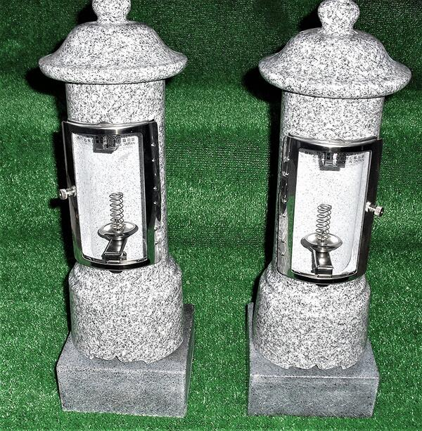 お墓 結婚祝い 燈明灯 青御影石 一 対 二本 灯篭 セール品 ロウソク立て 設置用資材付き ローソク立 石台座付き 線香立お墓