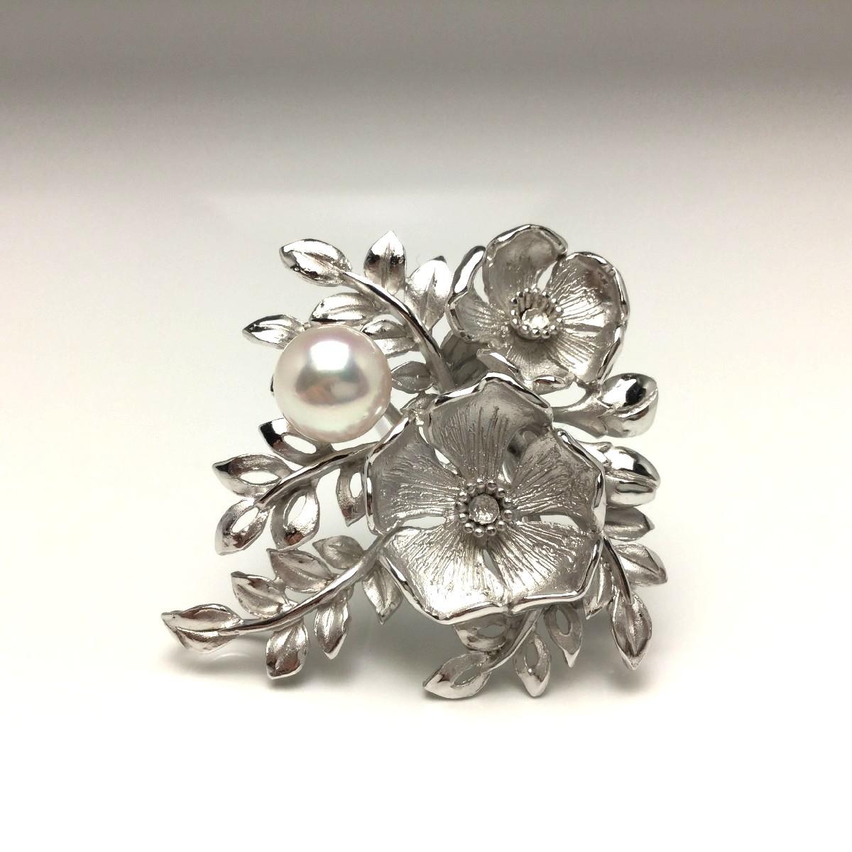 【送料無料】真珠の故郷・伊勢志摩で80余年の歴史 真珠専門店がお薦めする白蝶真珠ブローチ 真珠 ブローチ パール アコヤ真珠 7.9mm ホワイト シルバー 植物 フラワー 66089 イソワパール