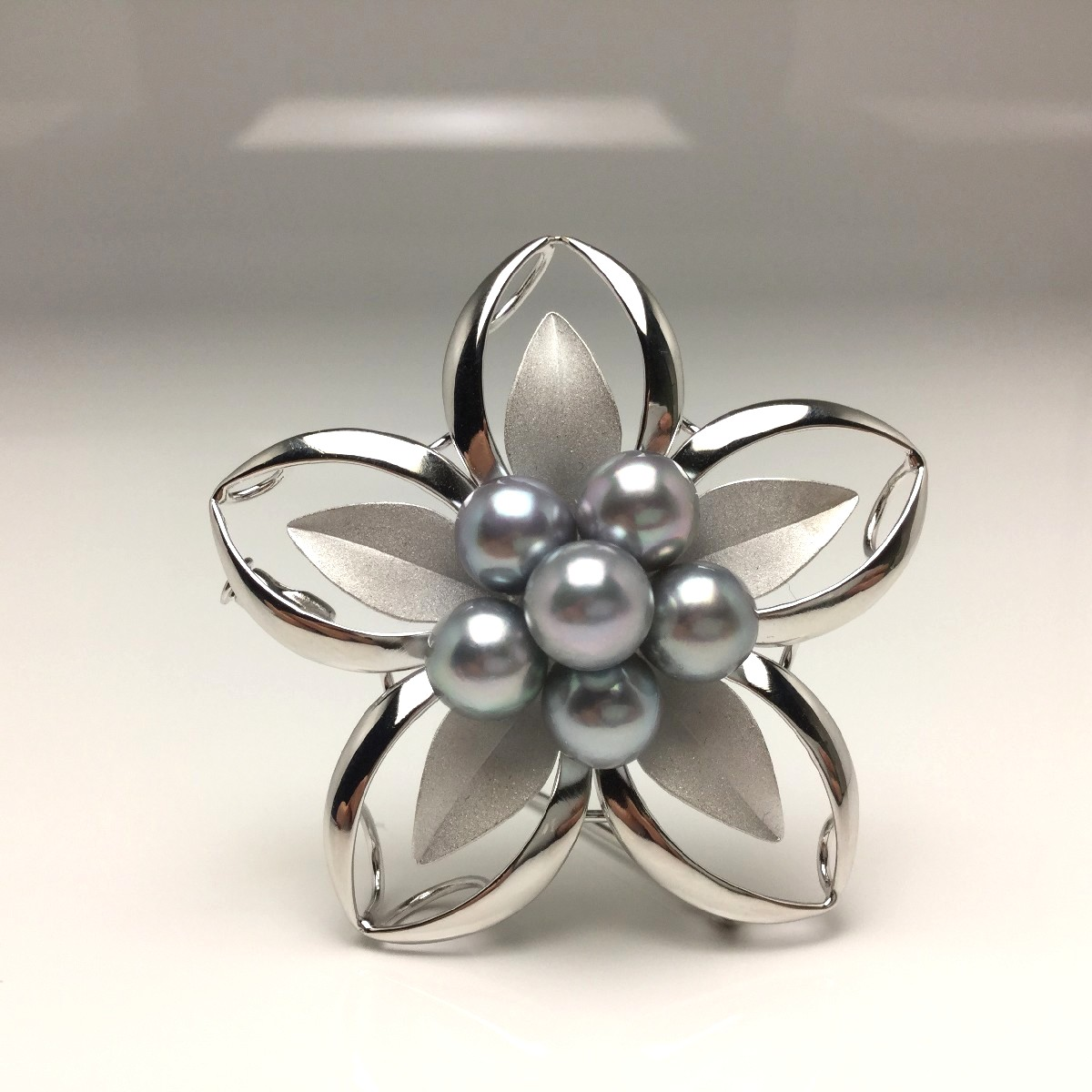 【10%OFF】真珠 ブローチ パール アコヤ真珠 7.0-7.5mm シルバーブルーグレー シルバー 植物 フラワー 66218 イソワパール
