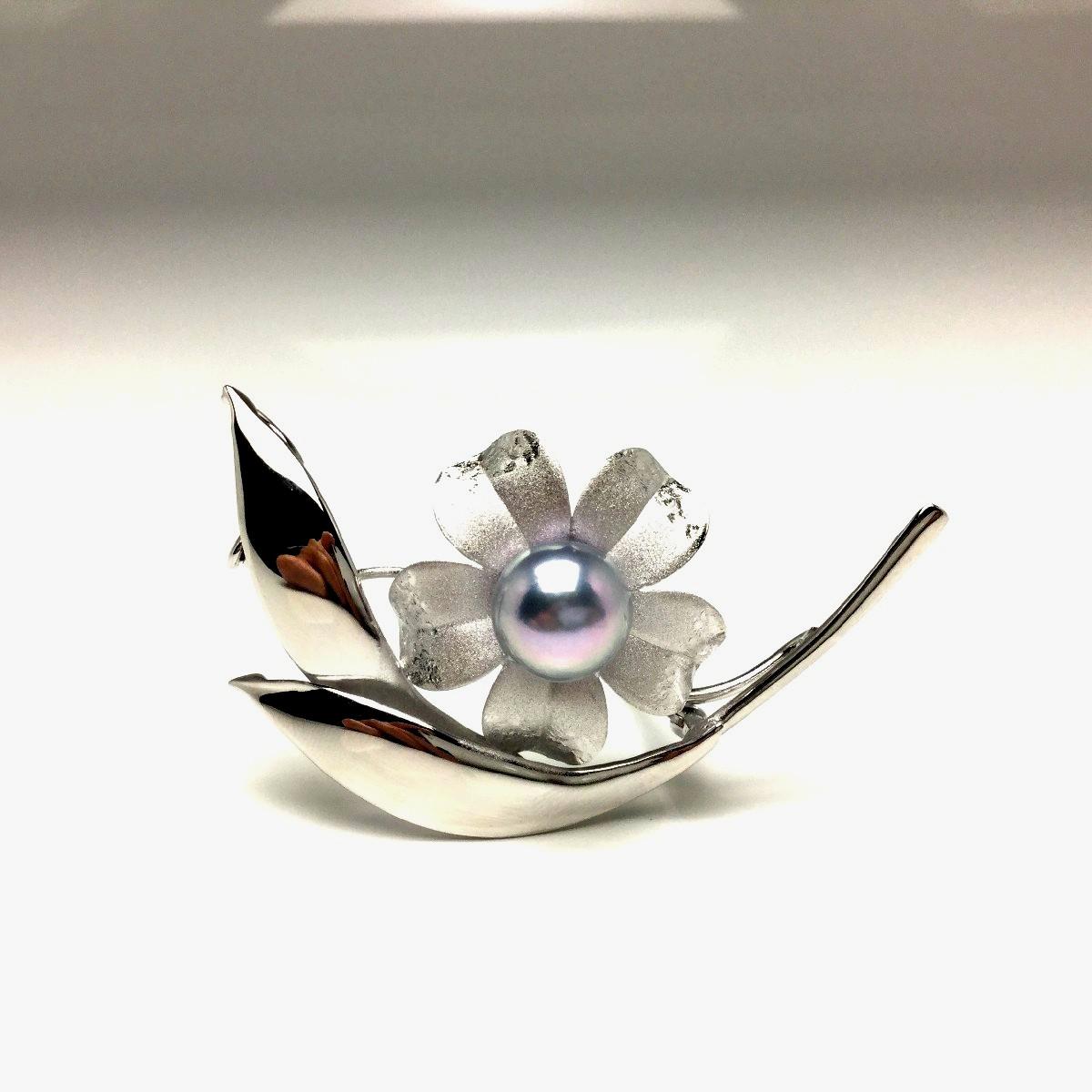 真珠 ブローチ パール アコヤ真珠 9.0-9.5mm シルバーブルー シルバー 植物 フラワー 66822 イソワパール