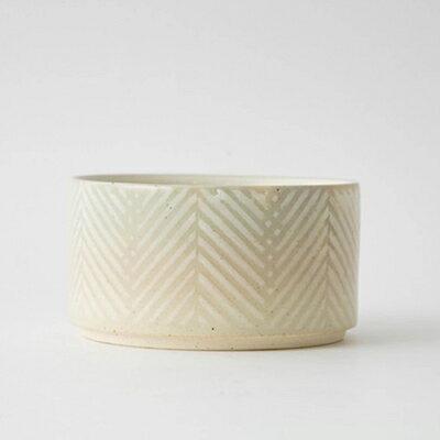 器に描かれたホワイトカラーのテキスタイルモチーフのヘリンボーン柄と 陶器の暖かく優しい色味がよく馴染み 温もりを感じることができます 小鉢やスープ皿 小物入れとしても 合計3980円以上ご購入で送料無料 aiyu 限定品 アイユー ボウル ヘリンボーン 波佐見焼 陶器 ホワイト キッチン ダイニング プレゼント ギフト かわいい 奉呈 Pヘリンボーン 236-00033 お祝い シンプル モダン