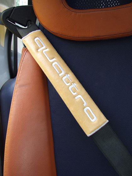 アウディAUDI-quattroのシートベルトカバーパッド(2枚セット)のエンブレム
