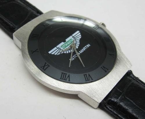 アストンマーチンAston Martinの本革腕時計はイタリアからのお土産です。