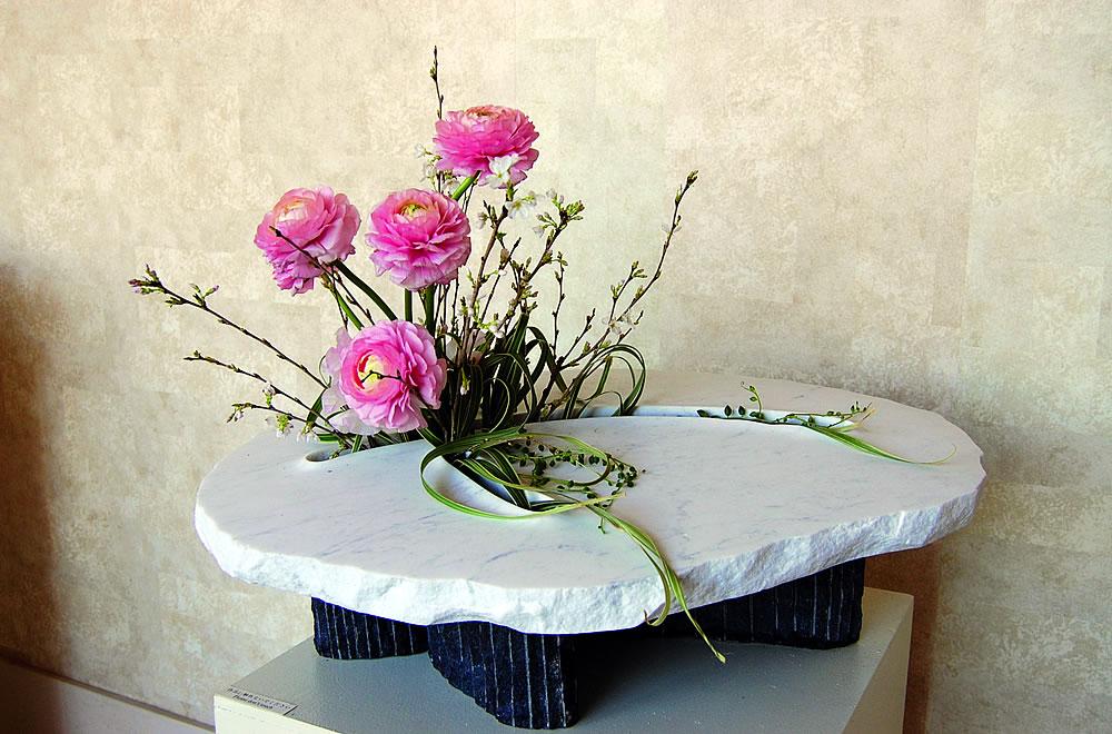 彫刻家 安部大雅作 「春の花活け I」