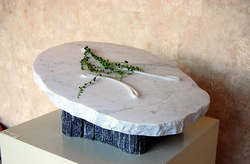 彫刻家 安部大雅作 「春の花活け II」