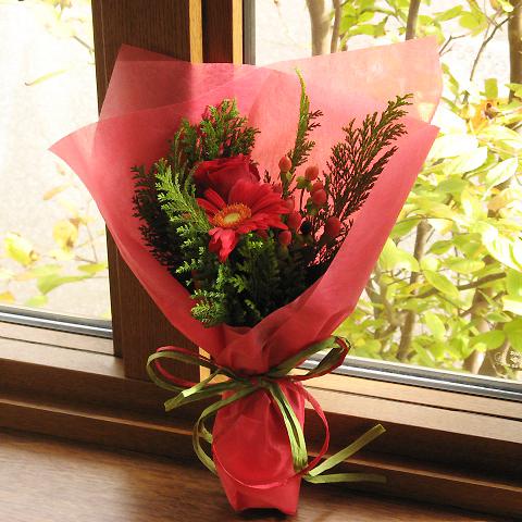 X\u0027masに贈る☆バラとガーベラのミニ花束(赤系)クリスマス フラワー バラ ユリ フラワーギフト クリスマスプレゼント ギフト  プレゼント フラワーショップ アイビーベリー