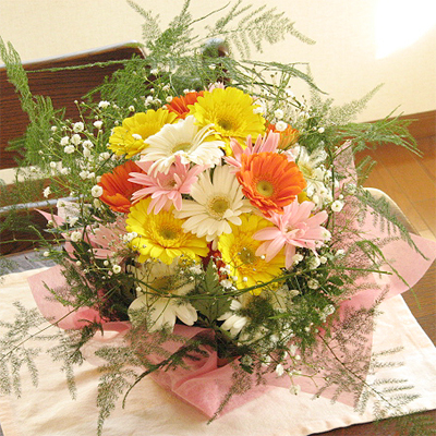 ガーベラとカスミソウのふんわりアレンジ(花かご)